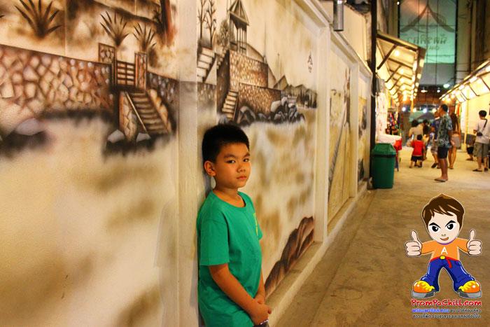 ผนังกำแพงภายในตลาดนัดฉัตรศิลาที่มีการวาดรูปสวยงาม