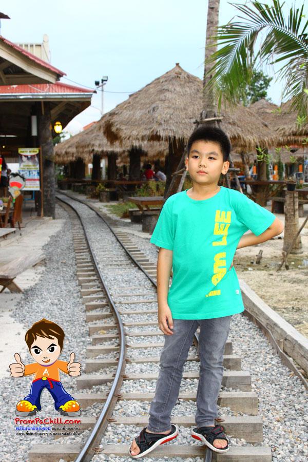 ยืนรอคอยรถไฟครับ^ ^
