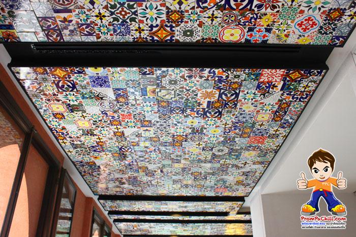 ภายในห้องอาหาร ก็มีตกแต่งฝ้าเพดานลวดลายต่างๆ สไตล์โมรอคโค ครับ