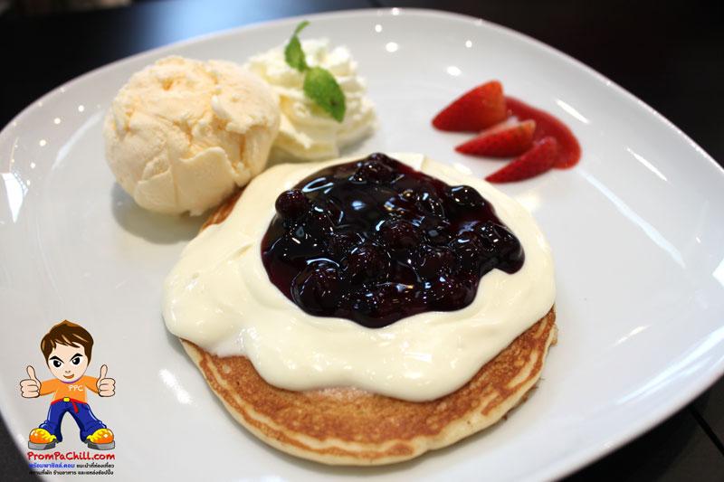 Blueberry Cheese Pan แพนเค้กไอศกรีมวนิลา และวิปครีมราดด้วยครีมชีส และบลูเบอร์รี่