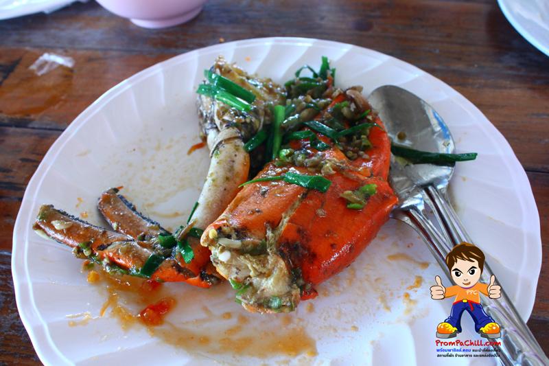 ปูเนื้อผัดพริกสด + ขนาดของก้ามปูครับ อาหารขึ้นชื่ออีกจานของ ร้านตำหนักน้ำ