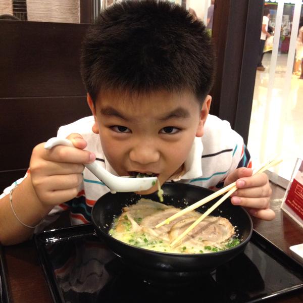 กำลังอร่อยไปกับน้ำซุป Chabuton Ramen-ชาบูตง ราเมนต้นตำรับจาก TV Champion